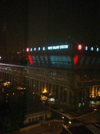 Cosmos Hotel Taipei : 夜の台北駅
