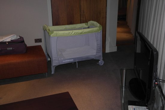 Hilton Liverpool City Centre: The travel cot that we had to assemble ourselves
