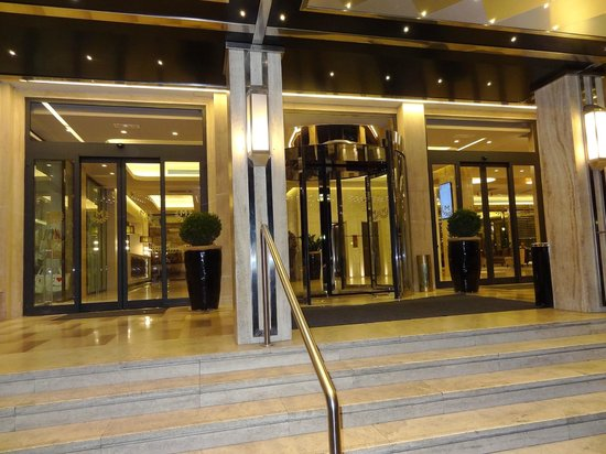FH Grand Hotel Mediterraneo: Night view from outside hotel