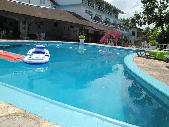 Silver Seas Resort Hotel: bar/pool area