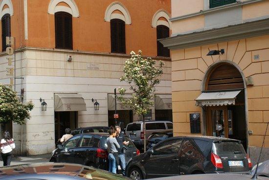 Hotel Apogia Lloyd Roma: Façade hotel et restaurant