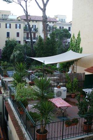 Hotel Apogia Lloyd Roma: Vue de la chambre sur la cour intérieure