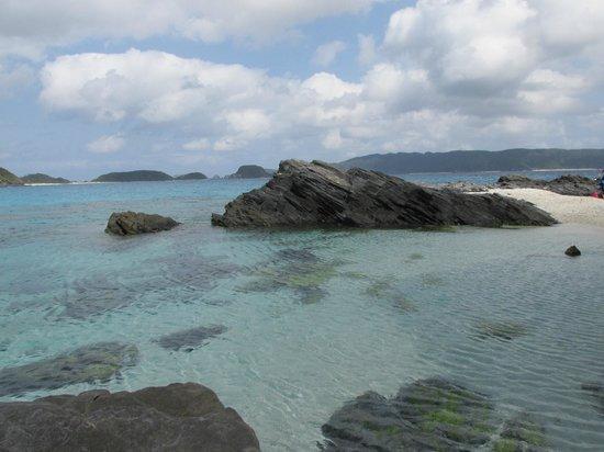 Zamami Island: Rocks at end of Furuzamami beach