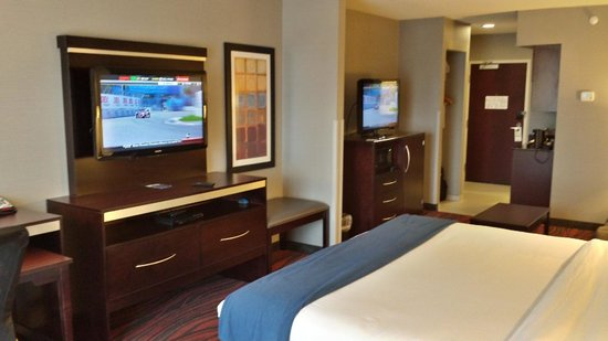 Holiday Inn Express Hotel & Suites Utica: Suite w/ King