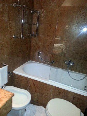 Bellini Venezia : access to the bath between the WC and bidet