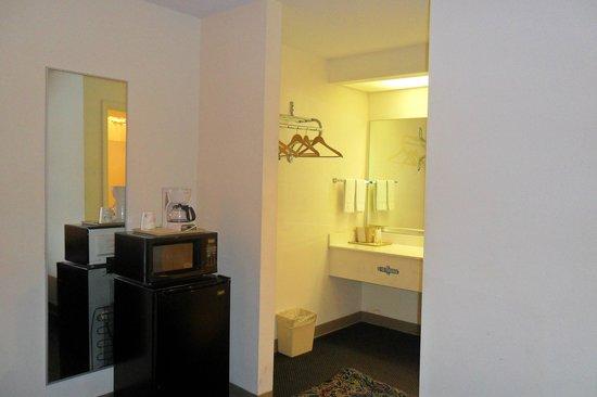 Luxury Inn & Suites : bathroom area