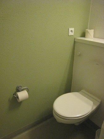 Ibis Budget Vitry sur Seine A86 bords de Seine : Toilettes dans la SDB