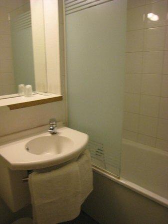 Ibis Budget Vitry sur Seine A86 bords de Seine : SDB : lavabo, baignoire