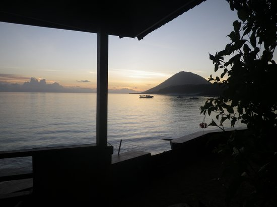 Bastianos Bunaken Dive Resort: Sonnenuntergang vom Beachfront Zimmer aus