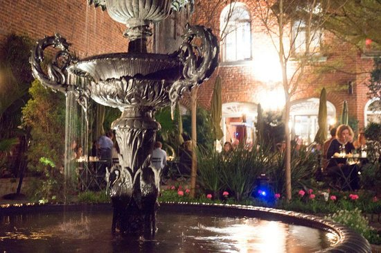 Cafe Amelie : In addition to indoor dining, you can sit outside in a courtyard with a fountain