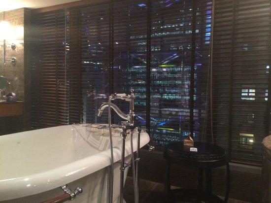 Mandarin Oriental, Hong Kong: bathroom view