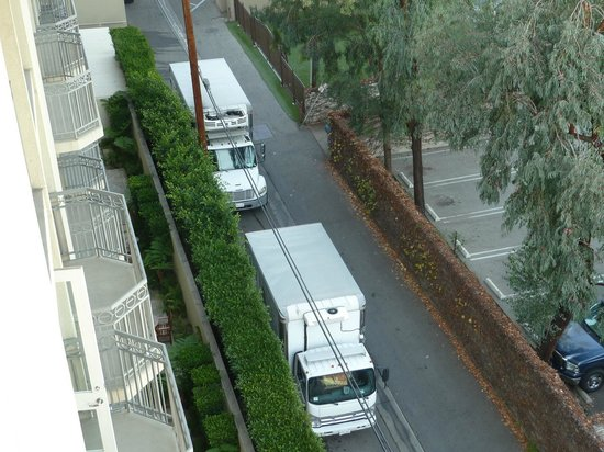 Viceroy L'Ermitage Beverly Hills : Trucks unloading