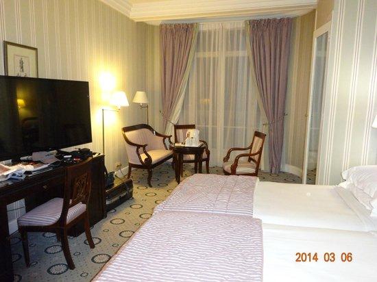 Hotel Astor Saint-Honore: 通りに面したツインルーム