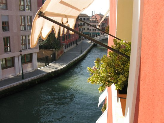 Hotel Moresco : Canal view, sticking camera out the window