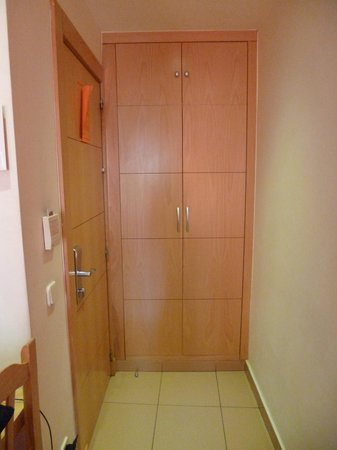 Hostal Tijcal II: puerta de entrada y armario