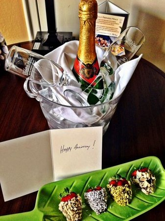 TradeWinds Island Grand Resort : Complimentary champagne and strawberries for our anniversary