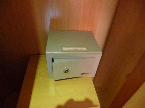 Hostal Tijcal II: caja fuerte dentro del armario. 1'5 al día