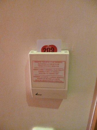 Hostal Tijcal II: mecanismo para la luz, con la llave-tarjeta de la habitación