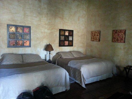 Hotel Cirilo : Nuestro cuarto estaba grande y cómodo