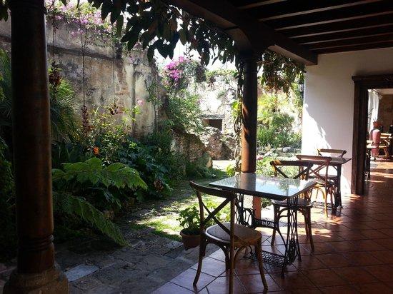 Hotel Cirilo: Puede sentarse afuera con esta vista
