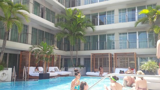 Hotel Victor: Pool Area
