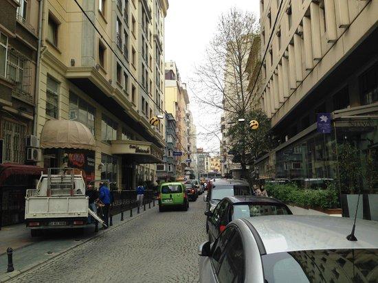 Nippon Hotel: Blick auf die Straße vor dem Hotel nach links