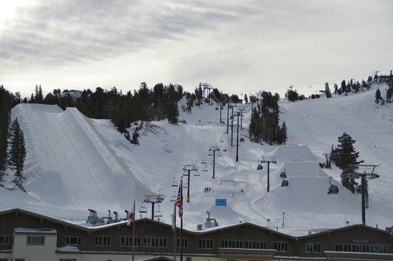 Mammoth Mountain Inn : Vista da montanha (na saída do prédio do meu quarto)