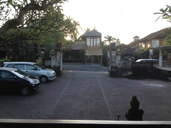 Pertiwi Resort & Spa: Parking place of the hotel
