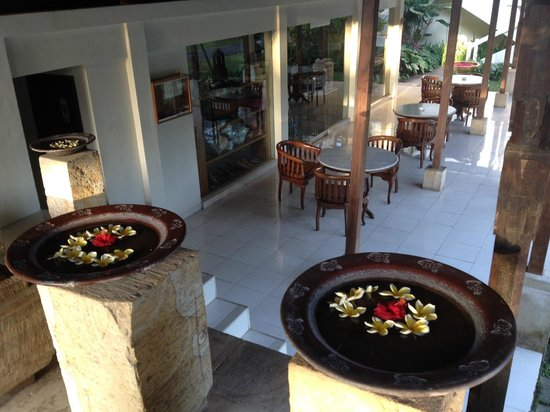 Pertiwi Resort & Spa: View from the reception to the chill out area