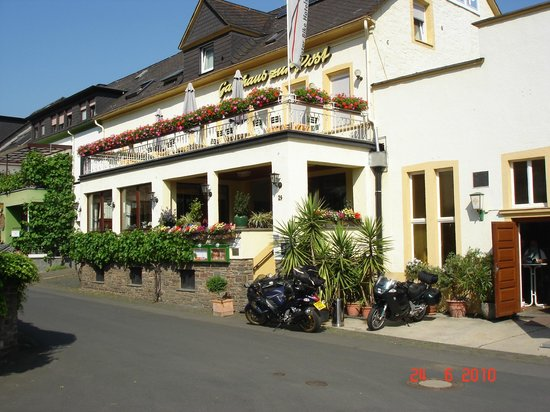Hotel, Gasthaus &  Restaurant zur Post: Front of Hotel, Garage for bikes on the right.