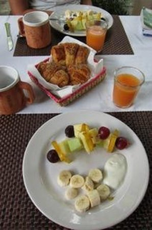 Casa Ana B & B: Is there anything better that fruit and coffee in the morning?