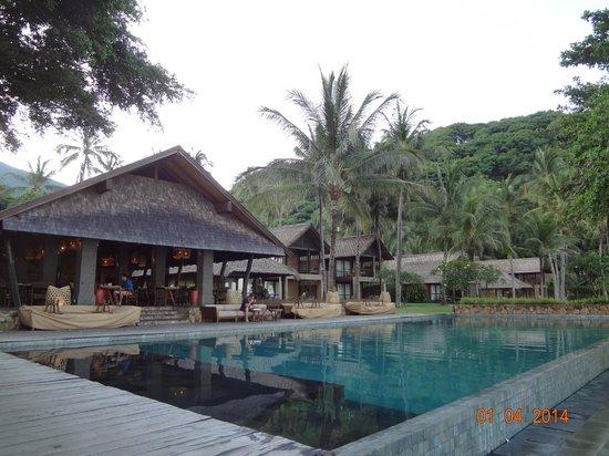 Jeeva Klui Resort: Pool & Restaurant - morning view
