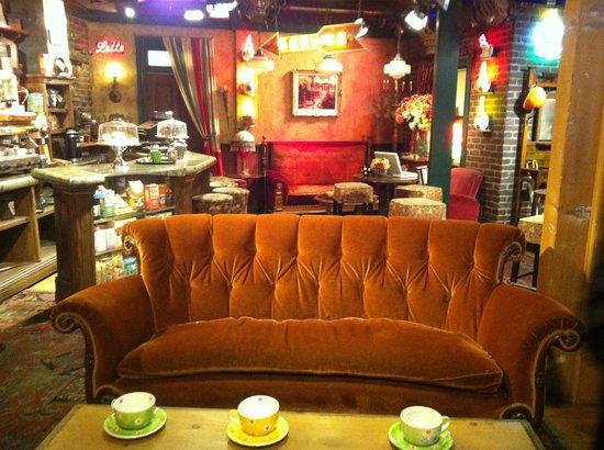 Warner Bros. Studio Tour Hollywood : Central Perk Cafe set of FRIENDS