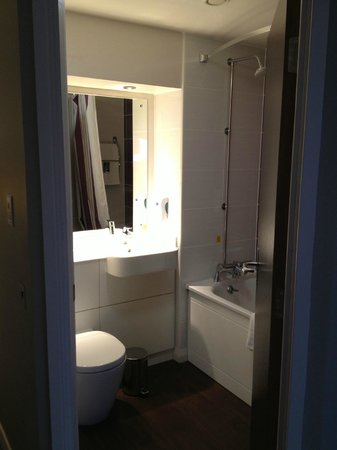 Premier Inn Manchester City Centre (Arena/Printworks) Hotel : Nice powerful shower