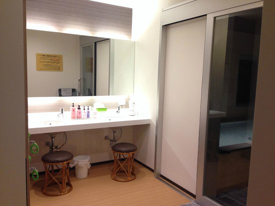 New World Hotel: 洗面台 アメニティ豊富