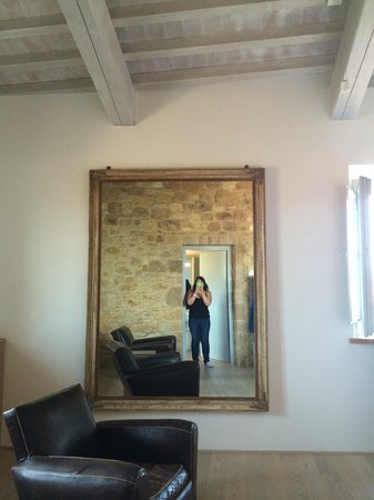 La Bandita Townhouse: Large mirror in the room made the big room seem even bigger