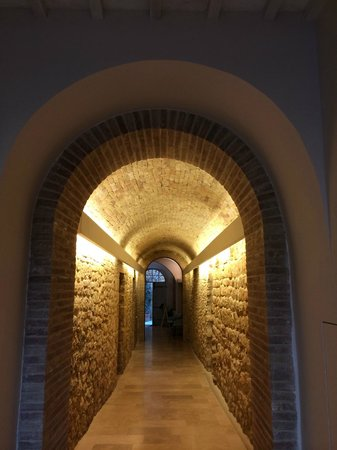 La Bandita Townhouse: Beautiful lighting in the entrance hallway