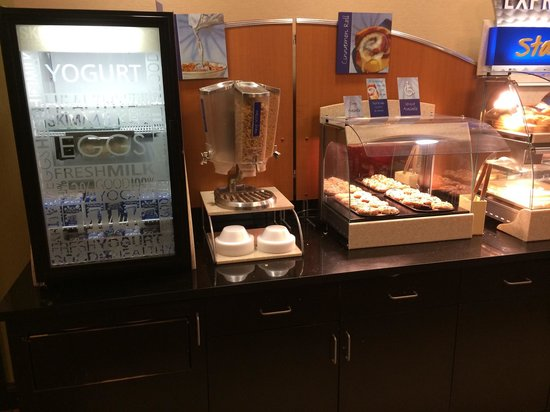Holiday Inn Express & Suites Tulsa South/Bixby: Breakfast. Milk, Cereal and cinnamon rolls