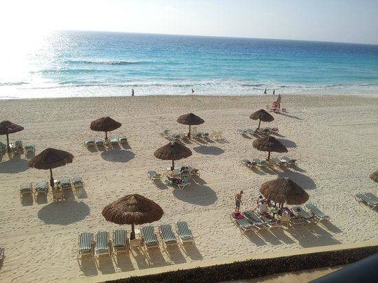 The Royal Sands Resort & Spa All Inclusive : Palapas on beach