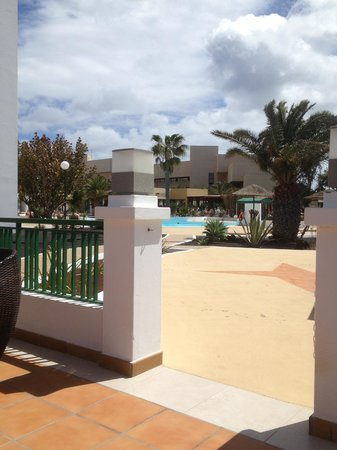 Blue Sea Costa Teguise Beach: View towards pool and its bar!