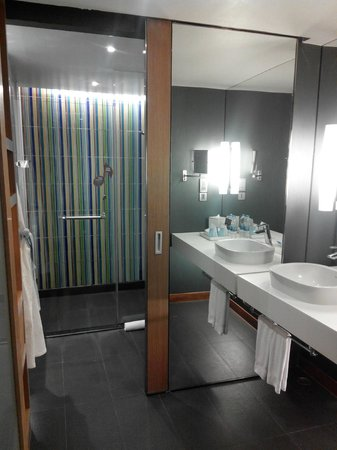 Aloft Bangkok - Sukhumvit 11: Bathroom area
