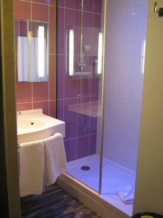 ibis Styles Blois Centre Gare: Bathroom with fancy shower