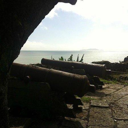 Fortaleza de Sao Jose da Ponta Grossa: Vista do pátio externo da Fortaleza, onde ficam os canhões, para a Praia do Forte.
