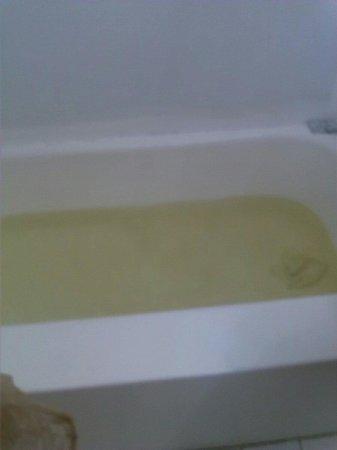 Beach Plaza Hotel: 3rd tub of bath water