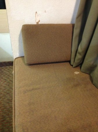 Knights Inn and Suites San Antonio Downtown/Market Square : Window cushion / hole in wall