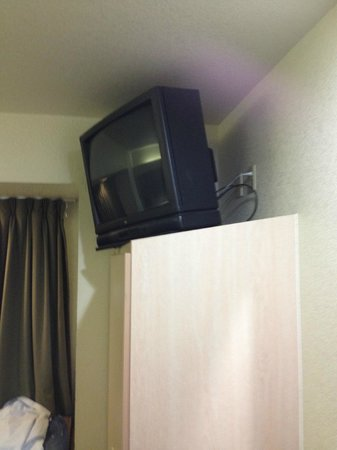 Knights Inn and Suites San Antonio Downtown/Market Square: Outdated TV periously positioned