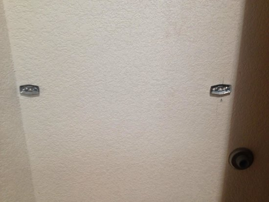 Knights Inn and Suites San Antonio Downtown/Market Square : Missing towel rack