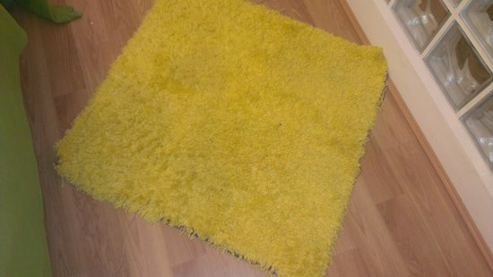 Lamington - Hammersmith Serviced Apartments: Dirty yellow mat in bedroom