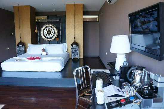 Mantra Samui Resort: Room with desk, TV and wifi.