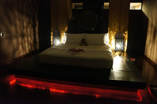 Mantra Samui Resort: Our beautiful room at night.